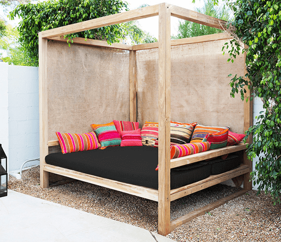 25 money saving diy backyard projects to transform your for Outdoor pallet daybed