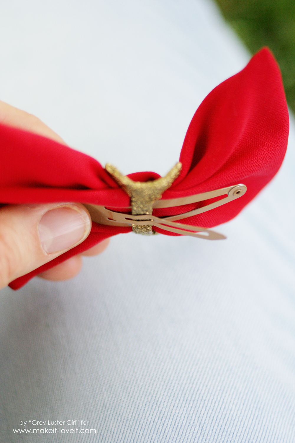 How to make an Easy Faux Metal Buckle Hair Bow | via www.makeit-loveit.com