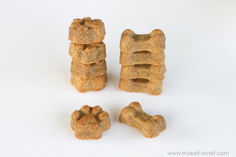 Peanut Butter Banana DOG BISCUITS Recipe | via www.makeit-loveit.com