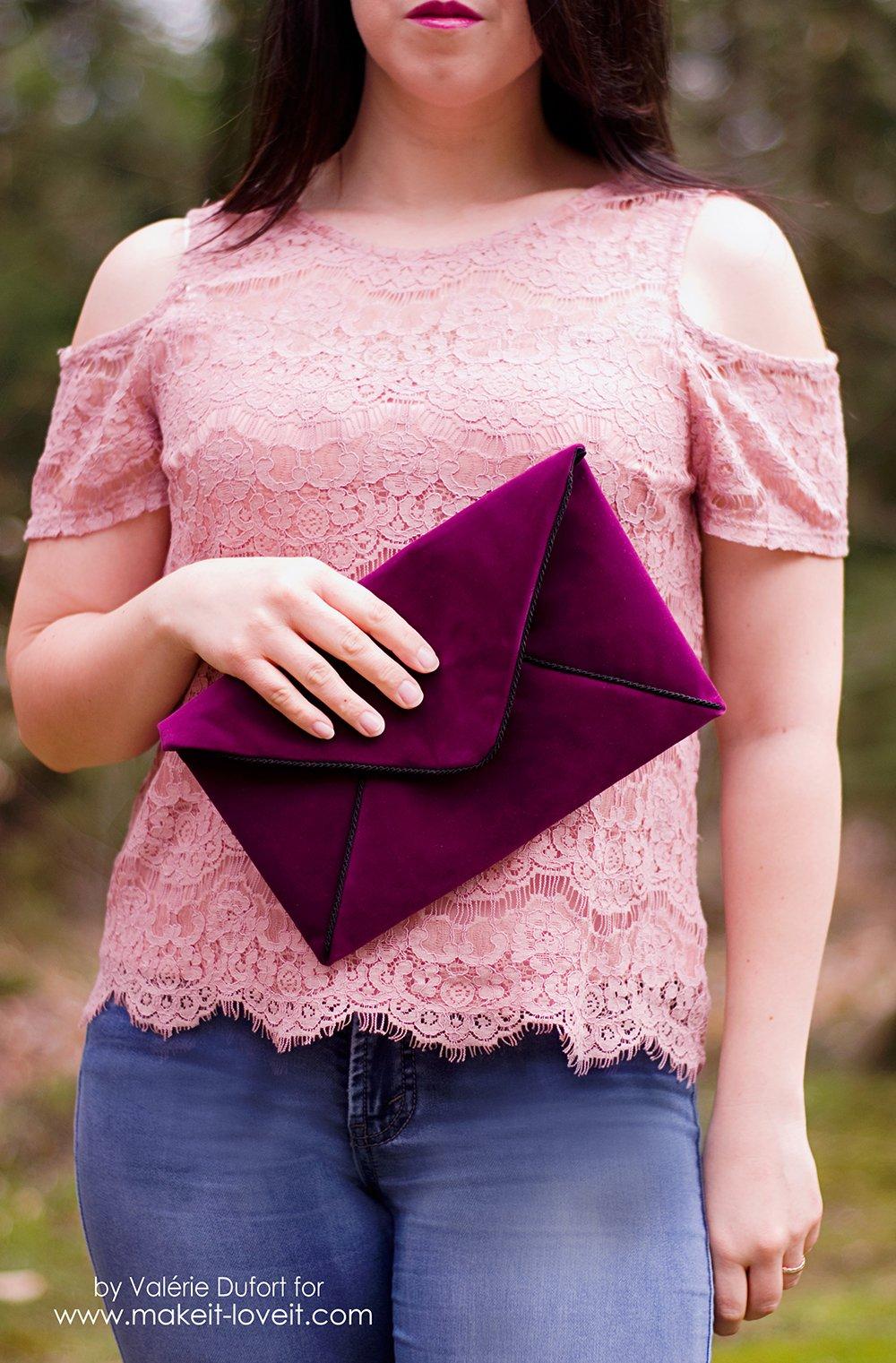DIY Velours Envelope Clutch tutorial | via www.makeit-loveit.com